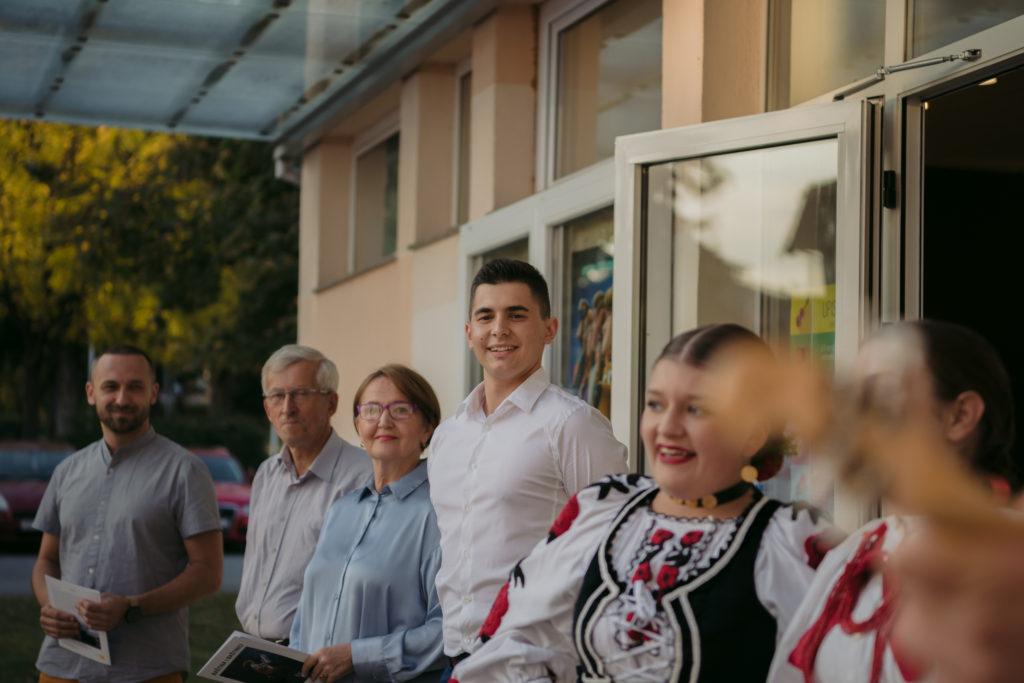 """Svečano otvorenje izložbe """"Baština i baštinici"""" ispred galerije POU Novska."""