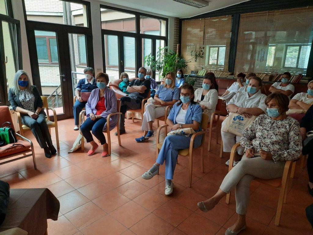 Polaznici edukacije prate predavanje u učionici.